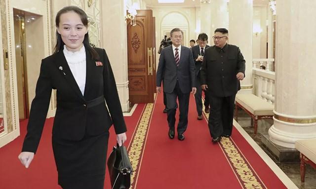 Kim Yo-jong, đi trước Tổng thống Hàn Quốc Moon Jae-in và nhà lãnh đạo Triều Tiên Kim Jong-un tại trụ sở Ủy ban Trung ương Đảng Lao động Triều Tiên, năm 2018.