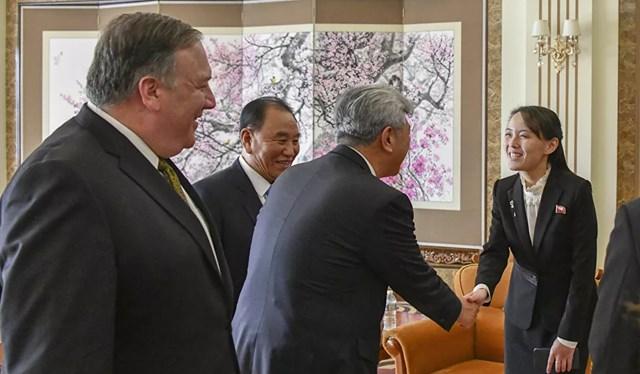 """Tháng 1/2017, Bộ Tài chính Hoa Kỳ đã bổ sung bảy quan chức cấp cao của Triều Tiên, trong đó có Kim Yo-jong, vào danh sách trừng phạt vì """"vi phạm nhân quyền"""".Trong ảnh: Kim Yo-jong có mặt trong cuộc gặp của Bộ trưởng Ngoại giao Mỹ Michael R. Pompeo với Chủ tịch Kim Jong-un tại Thủ đô Bình Nhưỡng, Triều Tiên, năm 2018."""