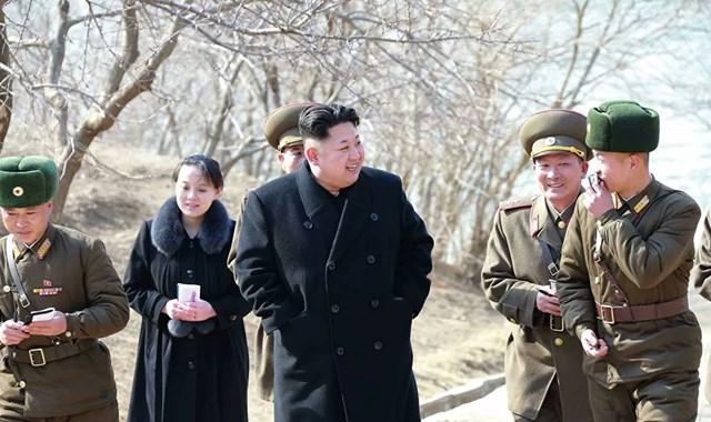 """Kim Yo-jong được cho là có mối quan hệ thân thiết với anh trai Kim Jong-un. Cô thường xuyên đồng hành cùng nhà lãnh đạo Triều Tiên trong các chuyến đi """"hướng dẫn thực địa"""" của mình. Trong ảnh: Nhà lãnh đạo Triều Tiên Kim Jong-un đang kiểm tra Công ty Quốc phòng Sin Islet ở tỉnh Kangwon."""