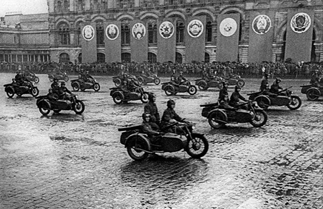 Những người lính cưỡi mô tô qua Quảng trường Đỏ.