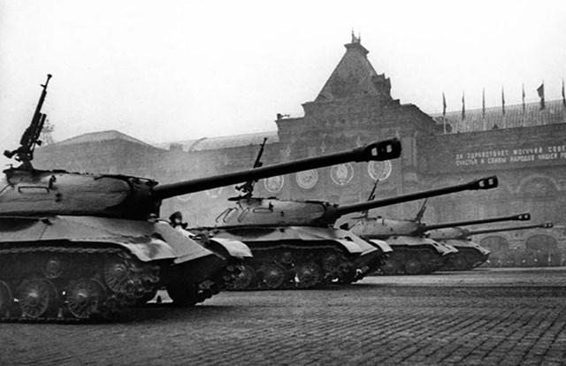 Xe tăng IS-2 trong cuộc diễu hành Chiến thắng đầu tiên trên Quảng trường Đỏ.