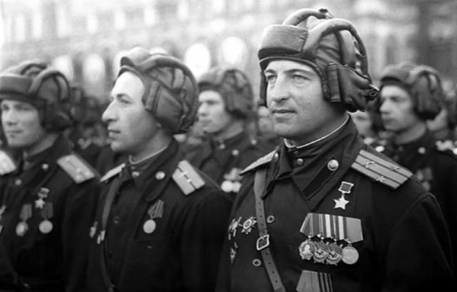 13 Lính xe tăng Liên Xô trong cuộc diễu hành Chiến thắng đầu tiên trên Quảng trường Đỏ.