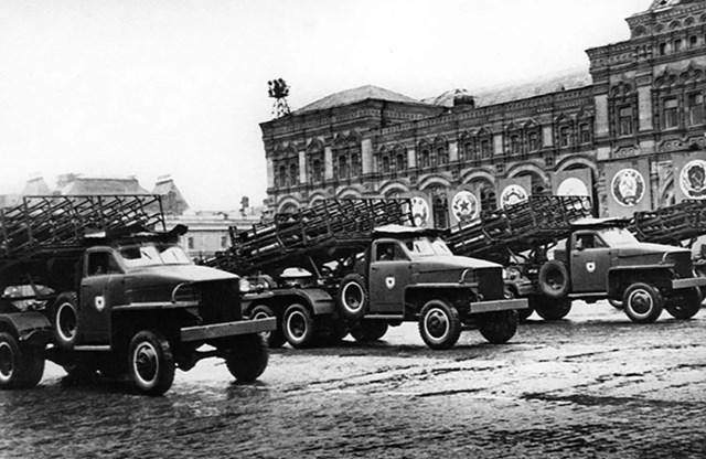 Bệ phóng tên lửa Katyusha trong cuộc diễu hành Chiến thắng đầu tiên ở Moscow.