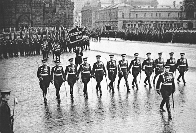 Đội hình diễu hành của quân nhân Liên Xô.