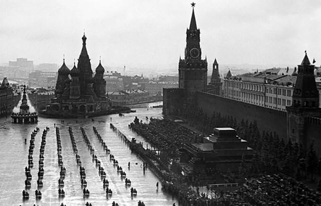 Quang cảnh Quảng trường Đỏ khi diễn ra cuộc diễu hành đầu tiên mừng Ngày Chiến thắng, ngày 24/6/1945.