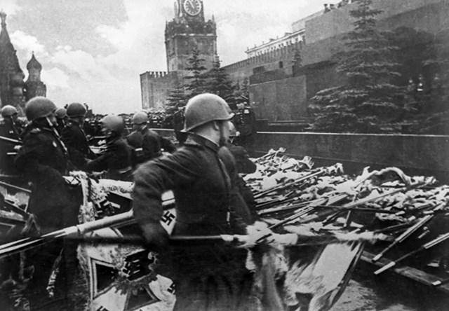 20 Những người lính Liên Xô ném các biểu ngữ của Đức Quốc xã vào căn cứ của Lăng Lenin trong cuộc diễu hành Chiến thắng đầu tiên trên Quảng trường Đỏ.