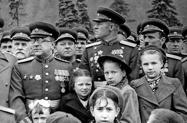 Quân nhân Liên Xô và gia đình có mặt trên Quảng trường Đỏ, năm 1945.