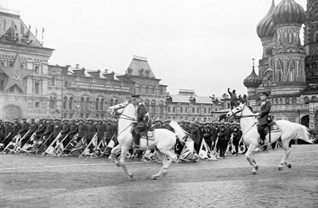 Cuộc diễu hành đầu tiên đánh dấu chiến thắng của Liên Xô trước Đức quốc xã được chỉ huy bởi Nguyên soái Liên Xô K.K. Rokossovsky và được tổ chức bởi Thống chế Liên Xô G.K. Zhukov.