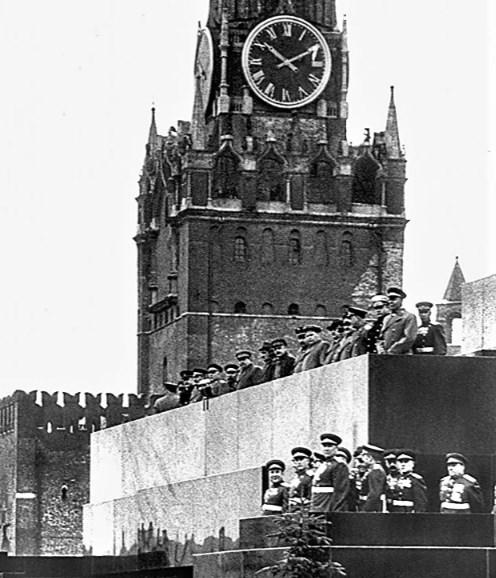 Lăng Lenin trong cuộc diễu hành chiến thắng đầu tiên.