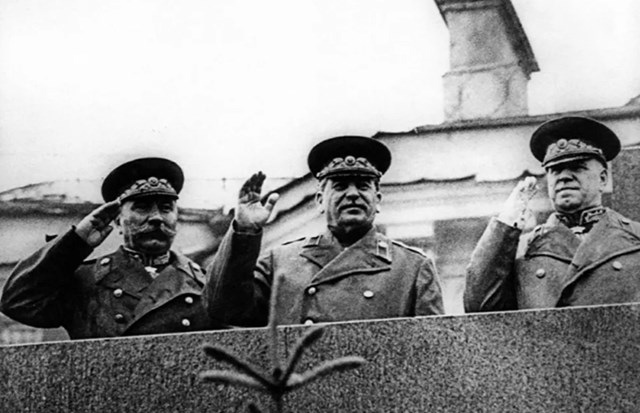 Tổng Bí thư Ban Chấp hành Trung ương Đảng Cộng sản Liên Xô/CPSU Joseph Stalin tham dự cuộc diễu hành Chiến thắng đầu tiên trên Quảng trường Đỏ.