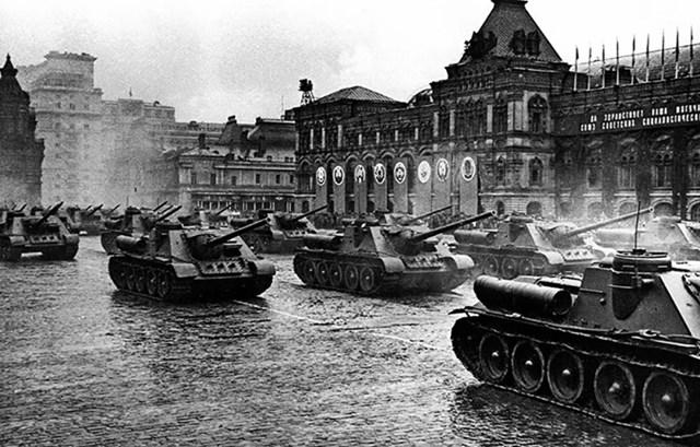 Xe tăng pháo tự hành ISU-152 băng qua Quảng trường Đỏ trong cuộc diễu hành Chiến thắng đầu tiên ở Moscow.