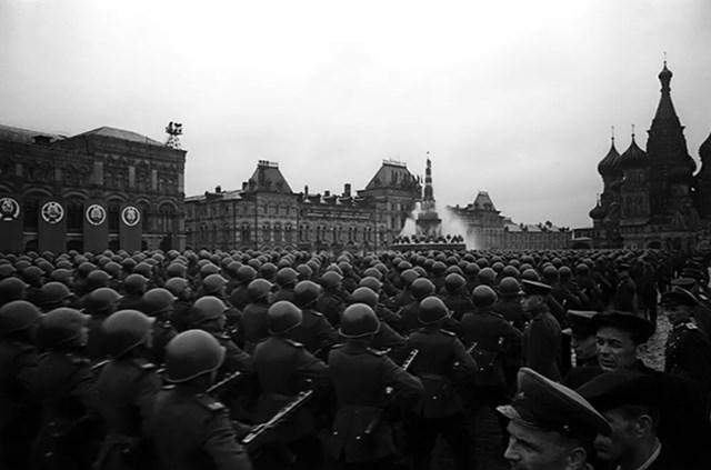 Những người lính diễu hành qua Quảng trường Đỏ.