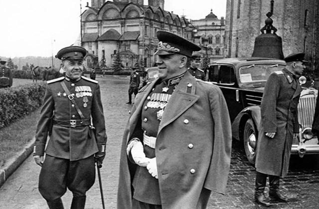 Nguyên soái Liên Xô, Đại tướng Georgy Zhukov (giữa) tại Cuộc diễu hành Chiến thắng đầu tiên.