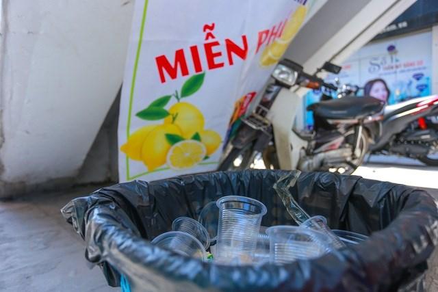 Thùng rác đựng cốc nhựa dùng 1 lần đặt ngay cạnh bình trà để đảm bảo vệ sinh trong khu vực.