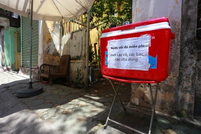 Thùng nước vối đá miễn phí đặt trên phố Phan Huy Ích (quận Ba Đình).
