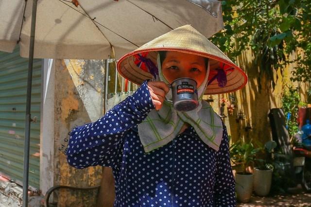 Đẩy xe hoa quả từ Long Biên về Thuỵ Khuê, qua phố Phan Huy ích, thấy có thùng nước miễn phí, chị Hoàng Thị Thuỷ (Hoài Đức) xin 1 cốc uống để giải nhiệt. Chị Thuỷ cho biết những thùng nước miễn phí này góp phần giúp đỡ những người lao động như cô đỡ khó khăn, vất vả hơn khi mưu sinh dưới trời nắng.