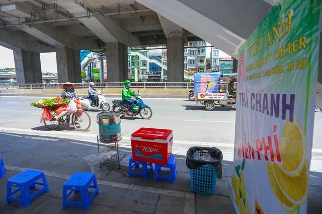 Đặt tại đường Nguyễn Trãi (quận Thanh Xuân), bình trà chanh miễn phí của anh Nguyễn Việt Anh tuy mới xuất hiện gần 1 tuần nhưng nơi đây trở thành điểm dừng chân nghỉ ngơi quen thuộc của nhiều xe ôm công nghệ và người lao động tự do.