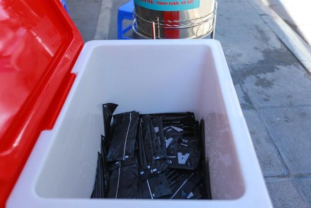Ngoài nước lạnh miễn phí, bất cứ ai qua đây cũng có thể lấy thêm khăn lạnh.