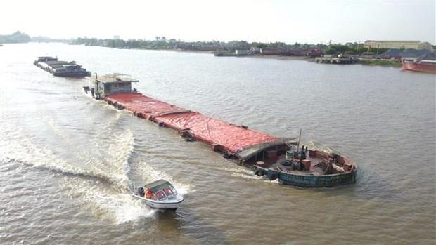 Cảnh sát giao thông đường thủy Ninh Bình tuần tra trên sông. (Ảnh: Minh Đứ/TTXVN).
