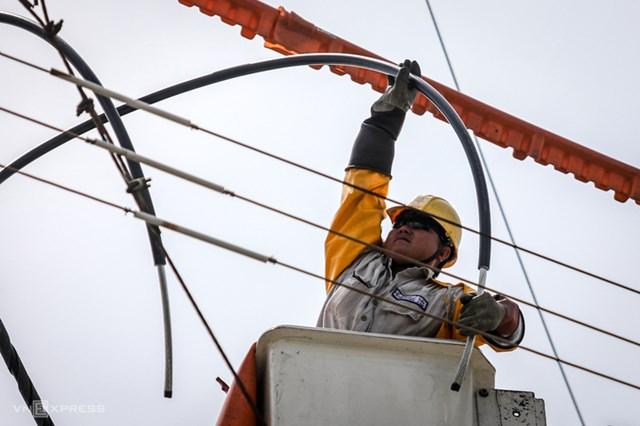 Công nhân Điện lực TP HCM sửa chữa đường dây. Ảnh:Thành Nguyễn.