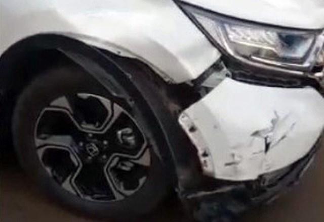 Chiếc xe do Phó chi cục hải quan lái sau khi va chạm xe máy. Ảnh: Văn Trăm.