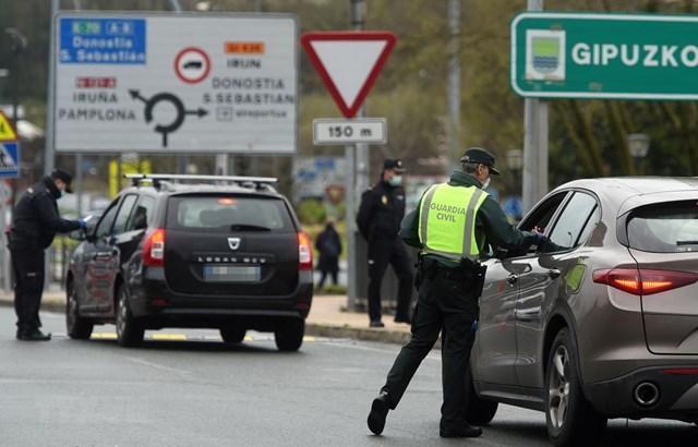 Cảnh sát kiểm tra các phương tiện tại cửa khẩu biên giới Pháp-Tây Ban Nha ở gần Hendaye, tây nam nước Pháp. (Ảnh: AFP/TTXVN).