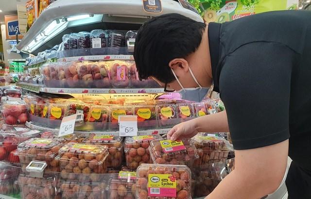 Những trái vải thiều Việt Nam chinh phục khách hàng Singapore. (Ảnh: Lê Dương/Vietnam+).