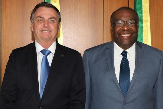 Tổng thống Brazil Jair Bolsonaro (trái) và ông Carlos Decotelli (Ảnh: AFP).