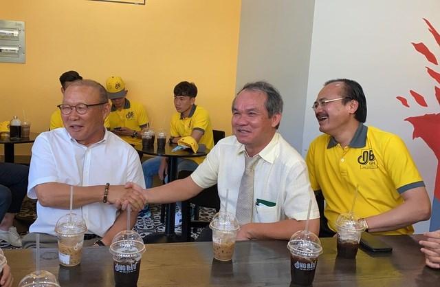 HLV Park Hang Seo hội ngộ bầu Đức tại TPHCM sáng 1/7 (ảnh: T.V).