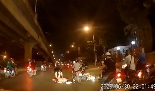 Anh Phú trông thấy đôi vợ chồng gặp tai nạn khi đang trên đường từ sân bay về nhà. Ảnh chụp từ clip.