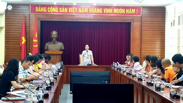 Bà Vũ Dương Thúy, Vụ trưởng Vụ Thư viện (Bộ VHTTDL) phát biểu tại cuộc họp.
