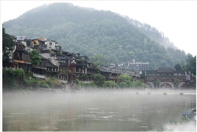 Cảnh sông Đà Giang chảy qua Phượng Hoàng cổ trấn ngày 1/7.(Ảnh chụp màn hình China News).