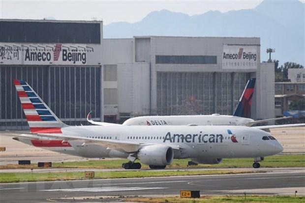 Máy bay thuộc hãng hàng không American Airlines (phía trước) và Delta Airlines (phía sau) của Mỹ. (Ảnh: AFP/TTXVN).