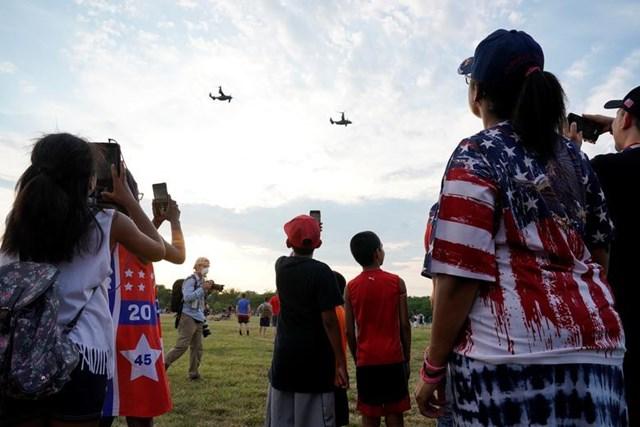 Những ngưởi ủng hộ Tổng thống Trump đang chăm chú quan sát màn biểu diễn của các chiến đấu cơ trong sự kiện mừng Ngày Quốc khánh ở Washington hôm 4/7.
