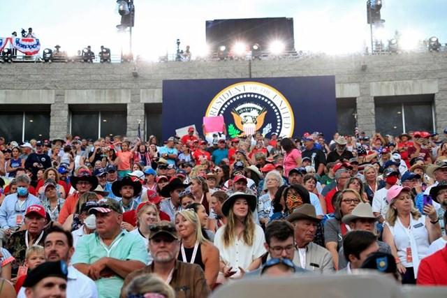 Những người tham gia sự kiện trên chờ Tổng thống Trump phát biểu tại Keystone, Nam Dakota.