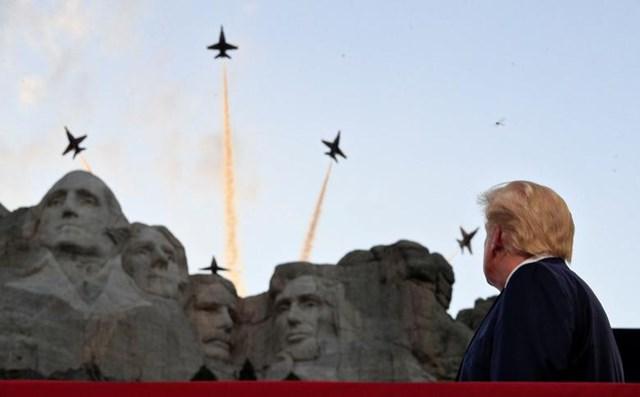 Tổng thống Trump theo dõi màn trình diễn của phi đội Blue Angels (Những Thiên thần Xanh) của Hải quân Mỹ.