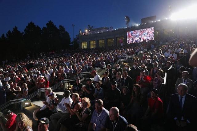 Những người tham dự buổi phát biểu của Tổng thống Trump trong sự kiện mừng Ngày Quốc khánh Mỹ ở Keystone, Nam Dakota ngày 3/7.