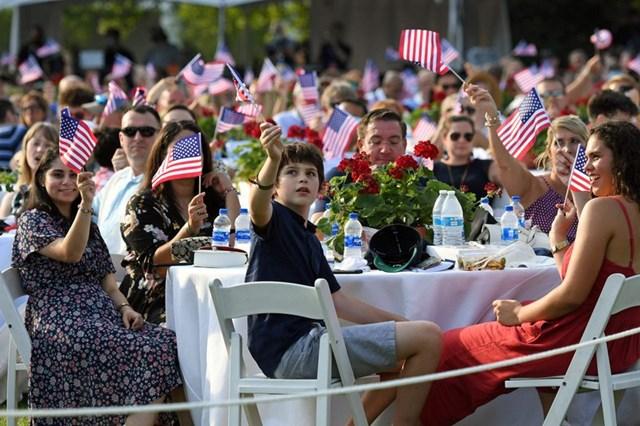 """Mọi người vẫy cờ trong sự kiện """"Chào nước Mỹ 2020"""" ở Bãi cỏ phía Nam Nhà Trắng."""