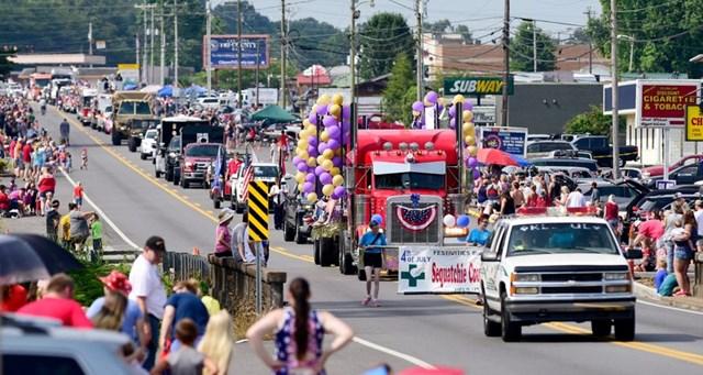 Cuộc diễu hành mừng Ngày Quốc khánh Mỹ đi qua những đám đông ở quảng trưởng Rankin, Dunlap, bang Tennessee.