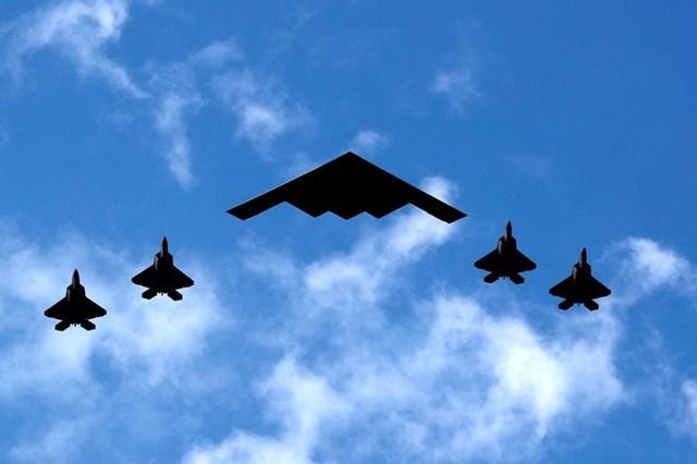 Máy bay ném bom tàng hình B-2 Spirit của Không quân Mỹ bay cùng 4 chiến đấu cơ F-35 của Thủy quân lục chiến Mỹ trong một màn trình diễn mừng Ngày Quốc khánh Mỹ trên sông River, cảng New York và New Jersey ngày 4/7.