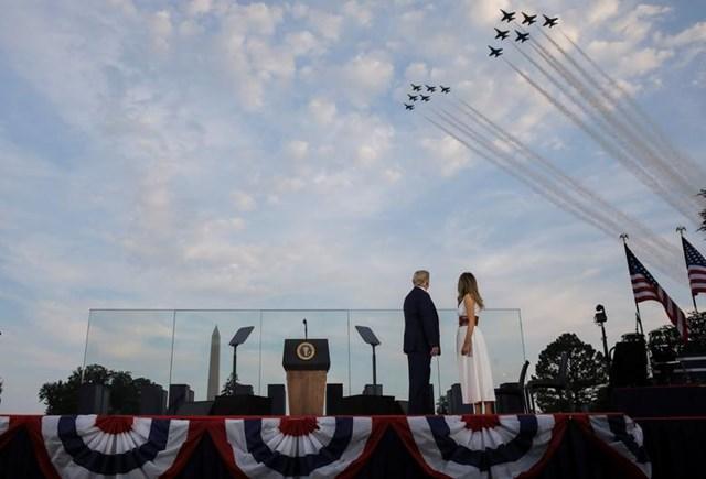 """Tổng thống Mỹ Donald Trump và Đệ nhất phu nhân Melania Trump theo dõi màn trình diễn của các phi đội bay trên bầu trời khi tham gia sự kiện mang tên: """"Chào nước Mỹ 2020"""" ở Bãi cỏ phía Nam của Nhà Trắng."""