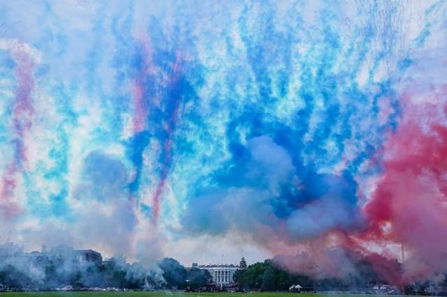 """Khói xanh và khói đỏ bao phủ Công viên Ellipse của Nhà Trắng trong suốt sự kiện """"Chào nước Mỹ 2020"""" được tổ chức nhằm kỷ niệm Ngày Quốc khánh 4/7."""