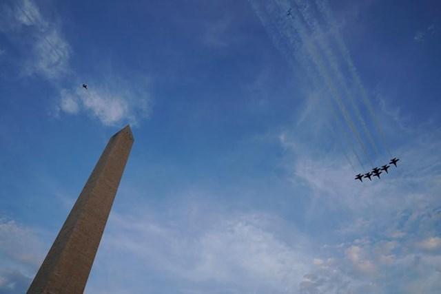 Màn trình diễn ấn tượng của các máy bay chiến đấu trên bầu trời Nhà Trắng và Công viên Ellipse mừng Ngày Quốc khánh ở Washington.