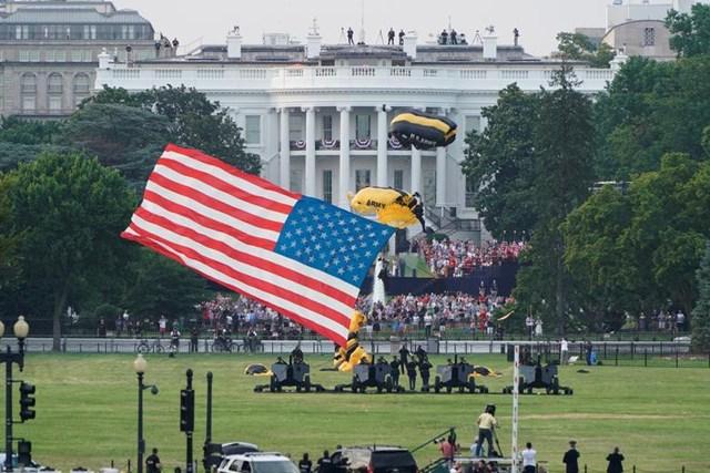 Lực lượng nhảy dù Golden Knights (Những kỵ sĩ Vàng) của Lục quân Mỹ hạ cánh ở Công viên Ellipse cùng với lá cờ Mỹ tung bay trong ngày 4/7.
