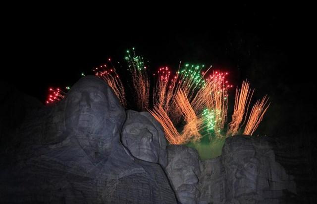Pháo hoa rực rỡ mừng Ngày Quốc khánh ở núi Rushmore tại Keystone, Nam Dakota ngày 3/7.