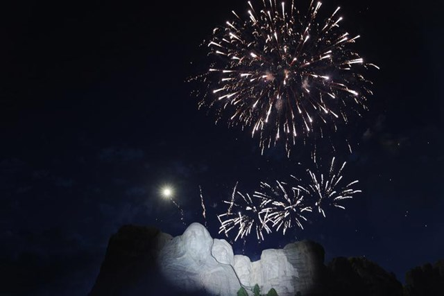 Một hình ảnh khác về màn pháo hoa ấn tượng ở núi Rushmore, Keystone, Nam Dakota ngày 3/7.