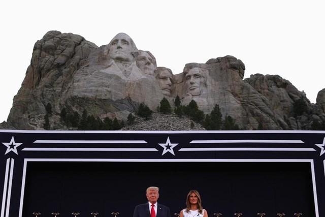 Tổng thống Trump và Đệ nhất phu nhân Melania Trump tham dự sự kiến bắn pháo hoa mừng Ngày Quốc khánh ở Nam Dakota ngày 3/7/2020.