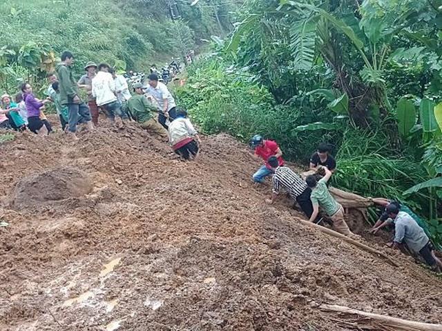 Mưa lớn khiến một người dân ở Lai Châu bị đất đá vùi lấp, rất may được ứng cứu kịp thời.