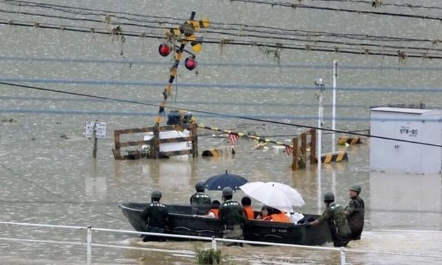Lực lượng phòng vệ Nhật Bản sơ tán người dân ở làng Kuma, tỉnh Kumamoto hôm 5/7. Ảnh: Kyodo.