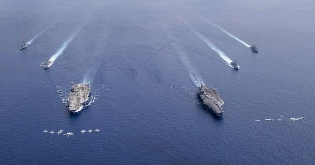 Thông báo của Hải quân Mỹ cho biết 2 nhóm tác chiến tàu sân bay USS Nimitz (CVN 68) và USS Ronald Reagan (CVN 76) đang thực hiện hoạt động tập trận chung tại Biển Đông, tạo thành Lực lượng tác chiến tàu sân bay (CSF) Nimitz. Trong ảnh: Các máy bay từ Không đoàn tàu sân bay số 5 và Không đoàn tàu sân bay số 17 bay thành đội hình phía trên hai tàu sân bay USS Nimitz và USS Ronald Reagan tại Biển Đông ngày 6/7.